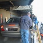 Mercedes wird in den LKW eingefahren